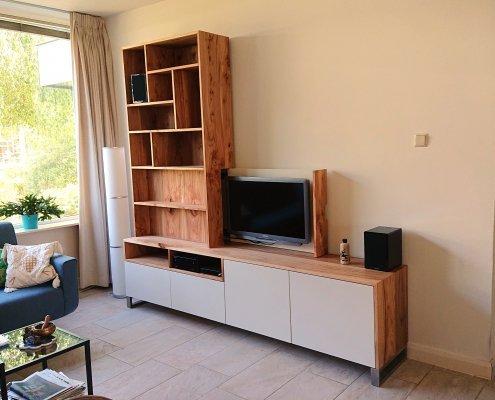 Een speels tv-meubel van iepenhout