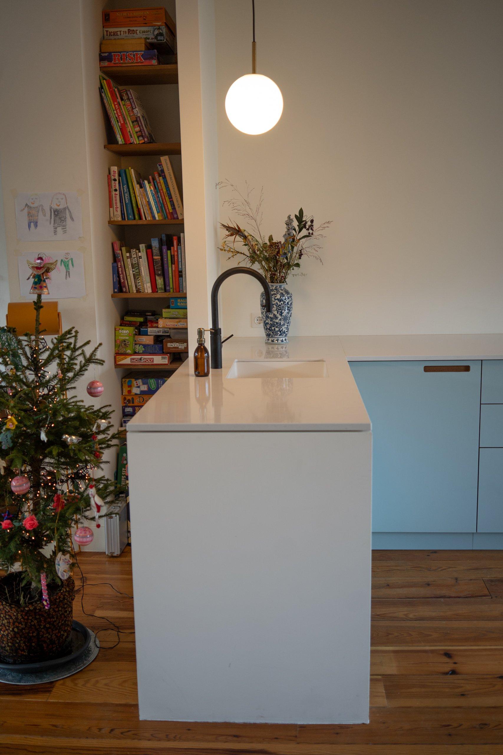 keuken resopal hpl cashmere en petrol met massief iepen details en nisjes