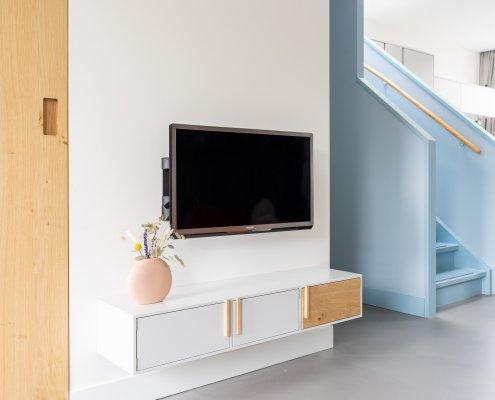 Zwevend TV-meubel met eiken details