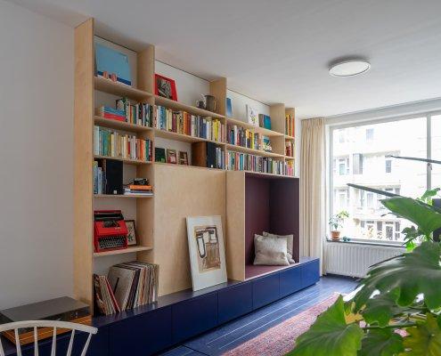 blauwe kastenwand schilderwerk berkenmultiplex en een forbo nis met verstopte tv