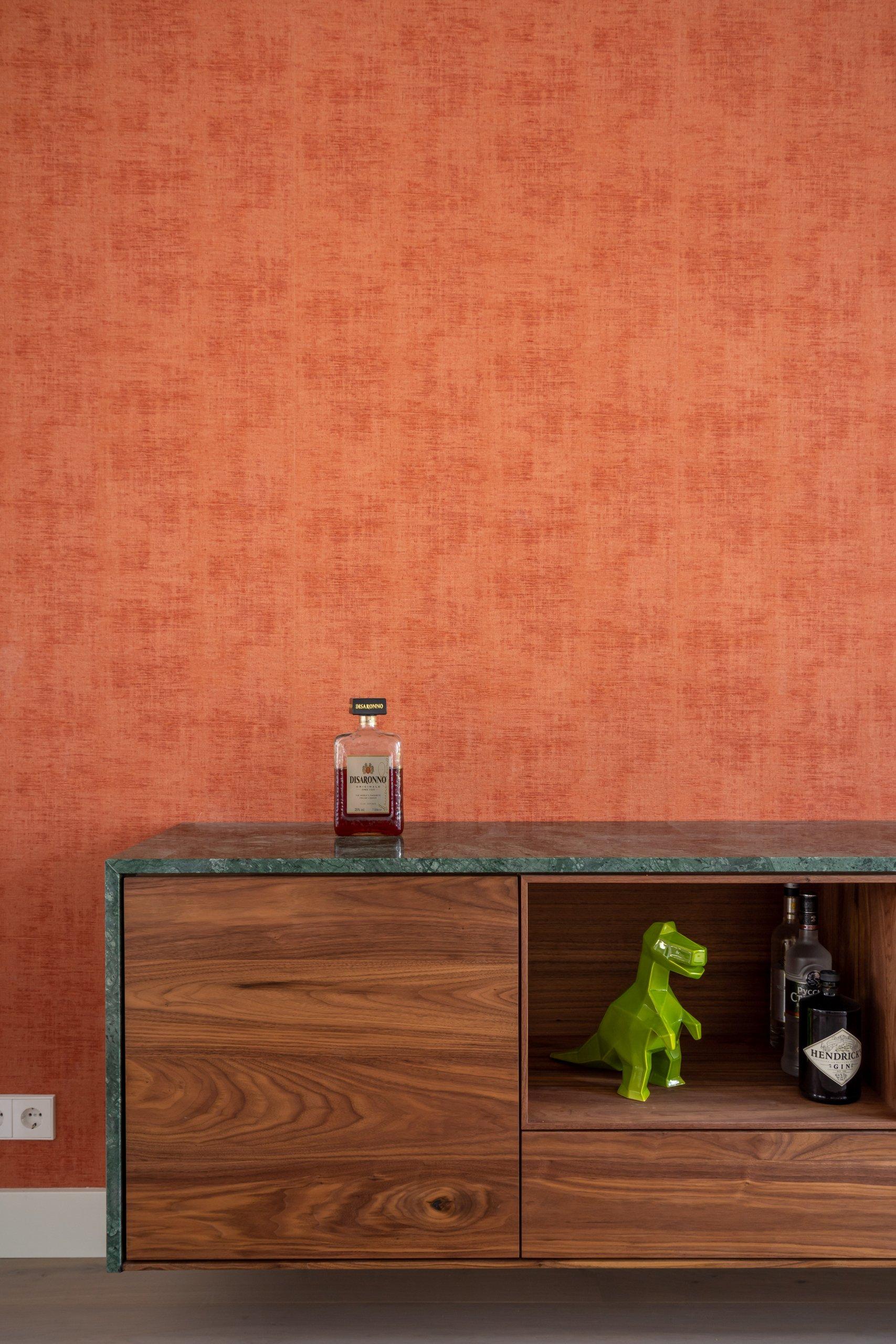 notenhouten zwevend dressoir met groen maremeren blad